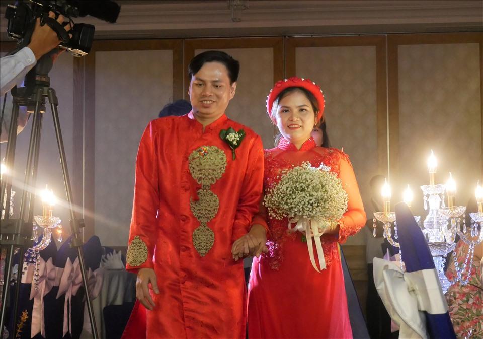 Các cặp cô dâu chú rễ tay trong tay bước lên lễ đài.