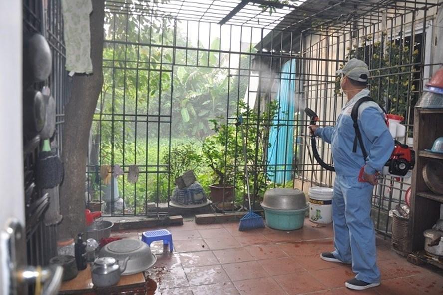 Tổ chức phun hóa chất các hộ gia đình thuộc khu vực ổ dịch sốt xuất huyết. Ảnh: Sở Y tế Hà Nội