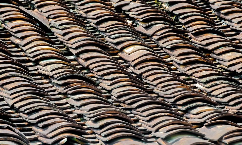 Kiểu nhà trăm cột này vẫn được dân gian gọi là nhà chữ đinh trăm cột, vì có 100 cây cột đỡ mái ngói. Mặt chính nhà quay về hướng đông bắc, mái lợp ngói âm dương.