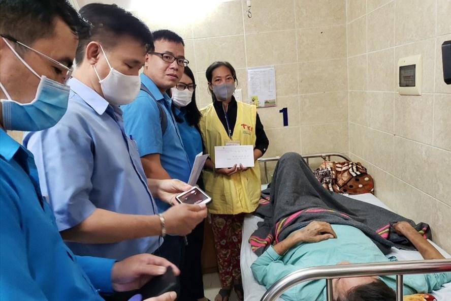 Đại diện Quỹ Tấm Lòng Vàng và LĐLĐ tỉnh Đồng Nai trao hỗ trợ cho công nhân bị ảnh hưởng của dịch COVID-19. Ảnh: Minh Châu