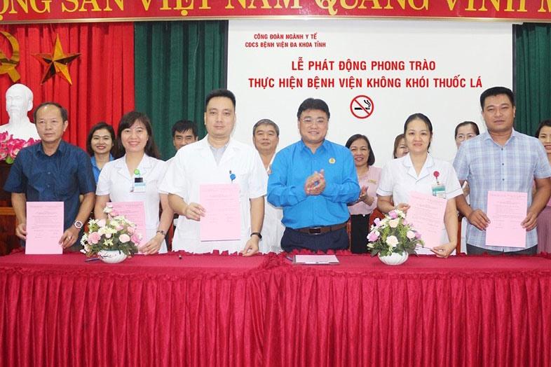 """Các tổ trưởng Công đoàn bệnh viện đại diện cam kết thực hiện phong trào """"Bệnh viện không khói thuốc lá"""". Ảnh: Phạm Thanh Bình"""