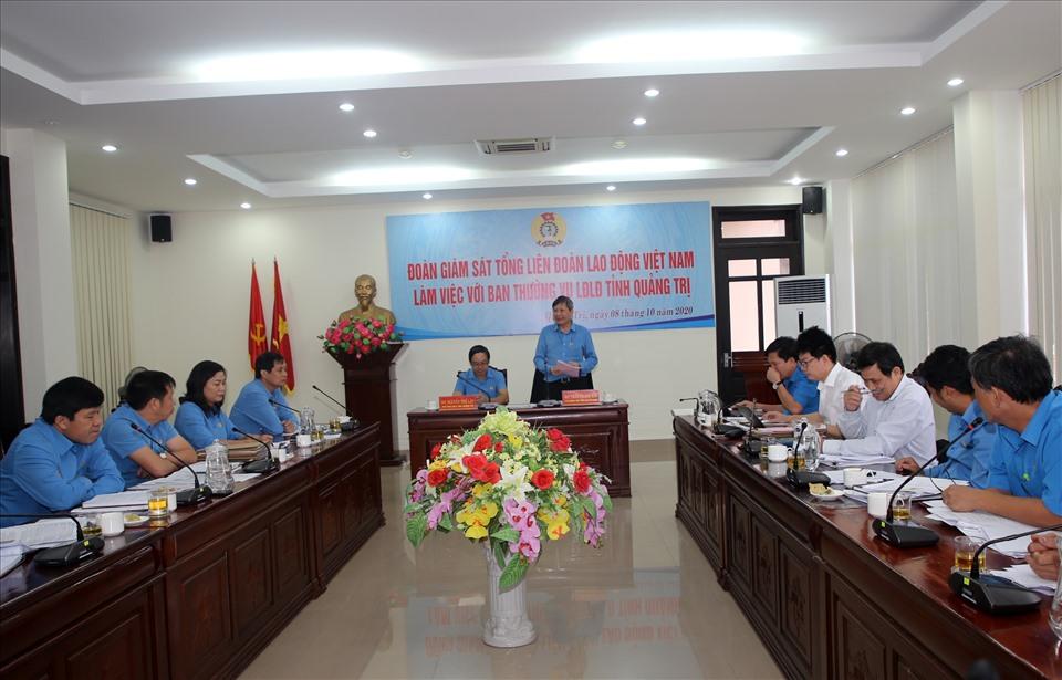 Toàn cảnh buổi làm việc của Đoàn giám sát Tổng LĐLĐ Việt Nam làm việc với Ban thường vụ LĐLĐ tỉnh Quảng Trị. Ảnh: Hưng Thơ.