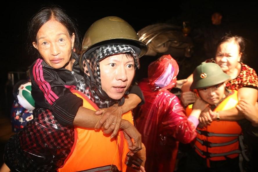 Người dân ở đội 2, đội 3 thôn Hà Xá bị nước lũ bao vây được lực lượng cứu hộ đưa vào nơi an toàn. Ảnh: Hưng Thơ.
