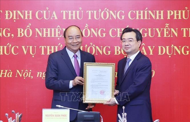 Thủ tướng Nguyễn Xuân Phúc đã trao quyết định điều động, bổ nhiệm ông Nguyễn Thanh Nghị giữ chức Thứ trưởng Bộ Xây dựng. Ảnh: TTXVN