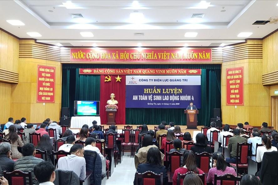 188 người lao động Công ty Điện lực Quảng Trị được huấn luyện ATVSLĐ
