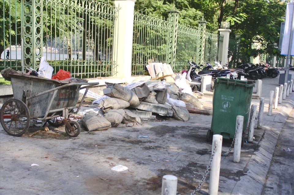 Vỉa hè phố Nguyễn Đình Chiểu đã trở thành nơi đỗ xe, khu tập kết rác.