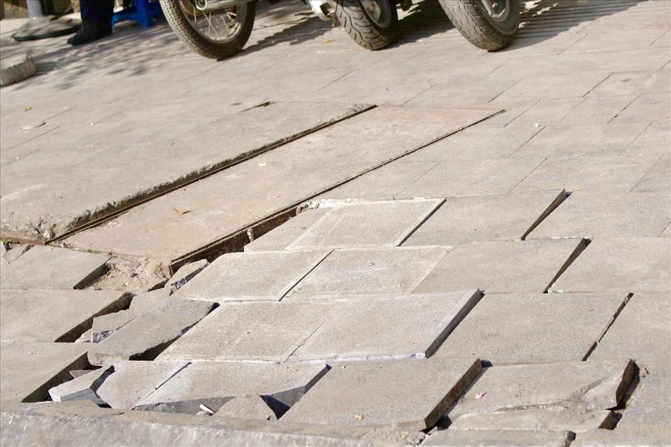 Gạch lát vỉa hè độ bền nửa thế kỷ sụt lún, nứt vỡ sau 2 năm. Ảnh: Đức Văn