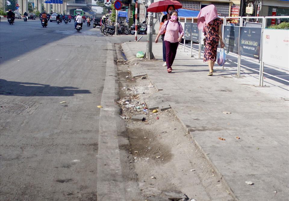 """1 hàng gạch trên đường Nguyễn Trãi đã """"biến mất""""."""