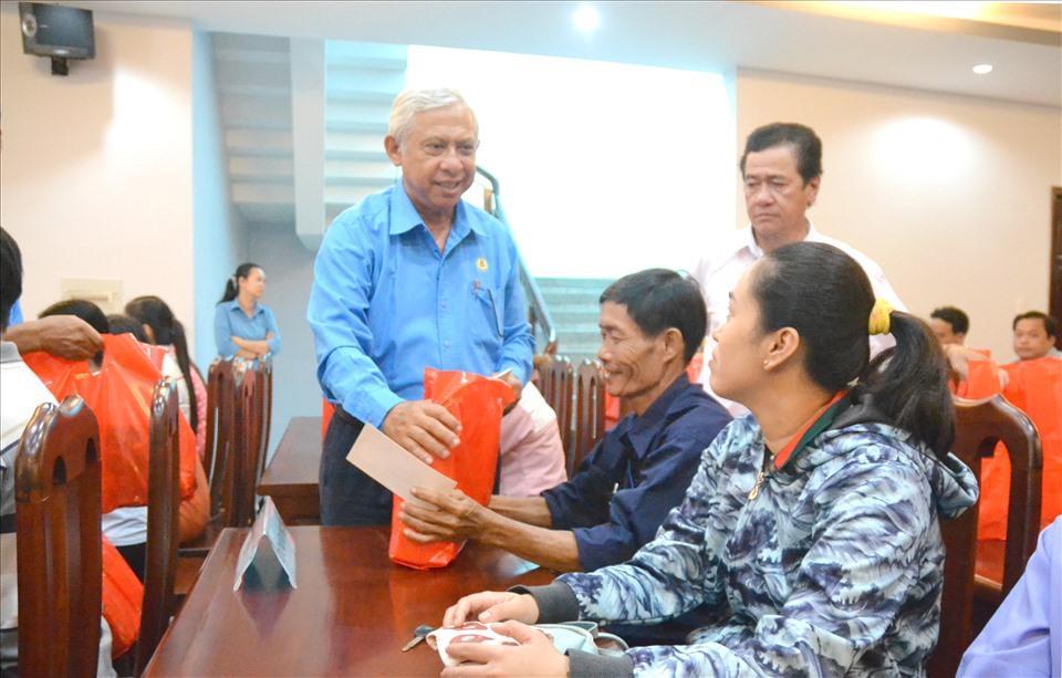 Chủ tịch LĐLĐ An Giang Nguyễn Thiện Phú xuống tận nơi thăm hỏi đời sống CNLĐ . Ảnh: Lục Tùng