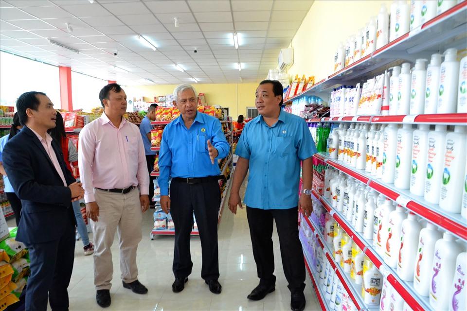 Bên trong Cửa hàng Tiện ích Công đoàn do LĐLĐ An Giang vận động doanh nghiệp xây dựng tại Khu Công nghiệp Bình Hòa. Ảnh: Lục Tùng