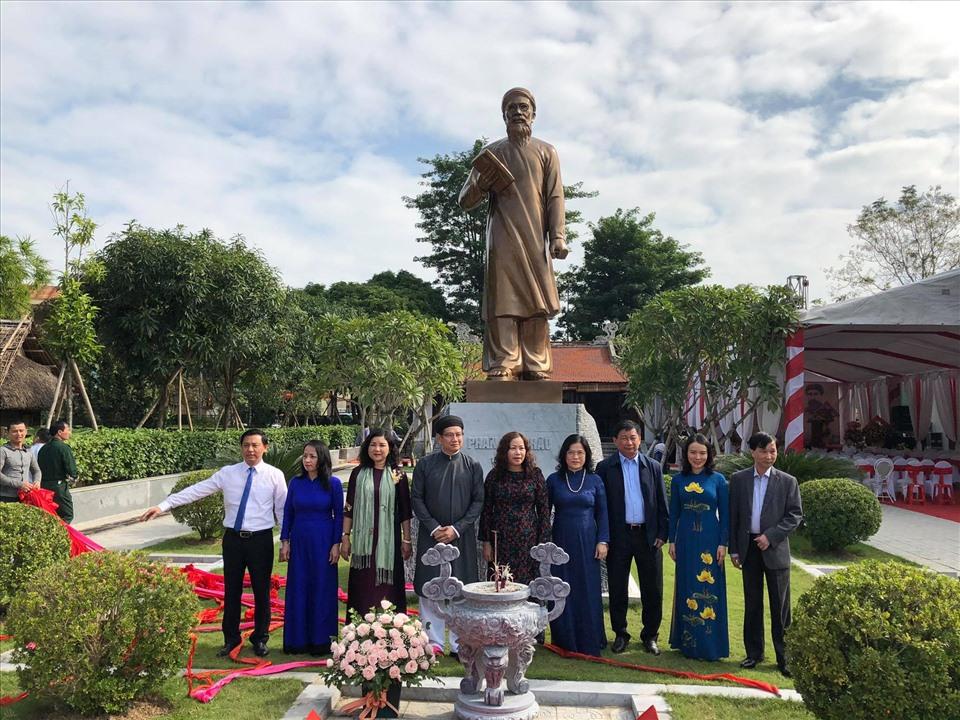 Các đại biểu chụp ảnh lưu niệm tại tượng đài danh nhân Phan Bội  Châu. Ảnh: Mạnh Cường
