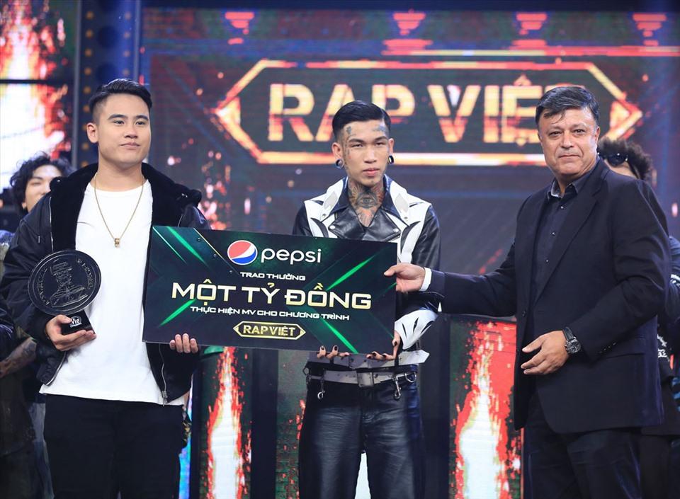 """Phần thưởng trị giá 1 tỷ đồng để ủng hộ cho MV đầu tiên của các bạn thí sinh """"Rap Việt"""" nhằm truyền tải tinh thần của thế hệ người Việt trẻ: cứ dấn bước, cứ đam mê."""