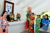 Nữ cán bộ CĐCS ngành giáo dục về nguồn nhân Ngày Nhà giáo Việt Nam