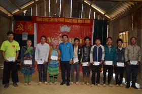 LĐLĐ tỉnh Yên Bái tặng quà hộ nghèo