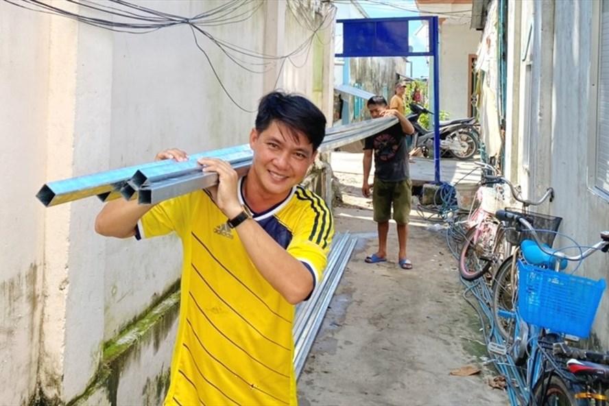 """Ngoài vận động giúp cho người nghèo trên huyện đảo Kiên Hải, """"chú Vũ cán bộ truyền thanh"""" còn cùng góp công tham gia xây dựng nhà cho bà con. Ảnh: PV"""