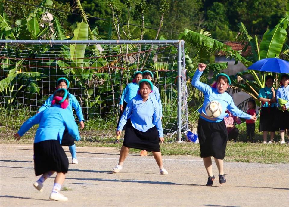 Các hoa hậu, á hậu Việt Nam xỏ giầy giao hữu bóng đá tại Quảng Ninh