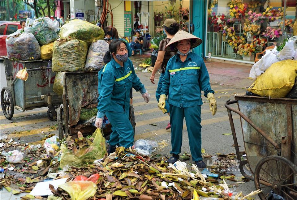 Công nhân môi trường dọn rác tồn đọng nhiều ngày trên phố Yên Phụ.