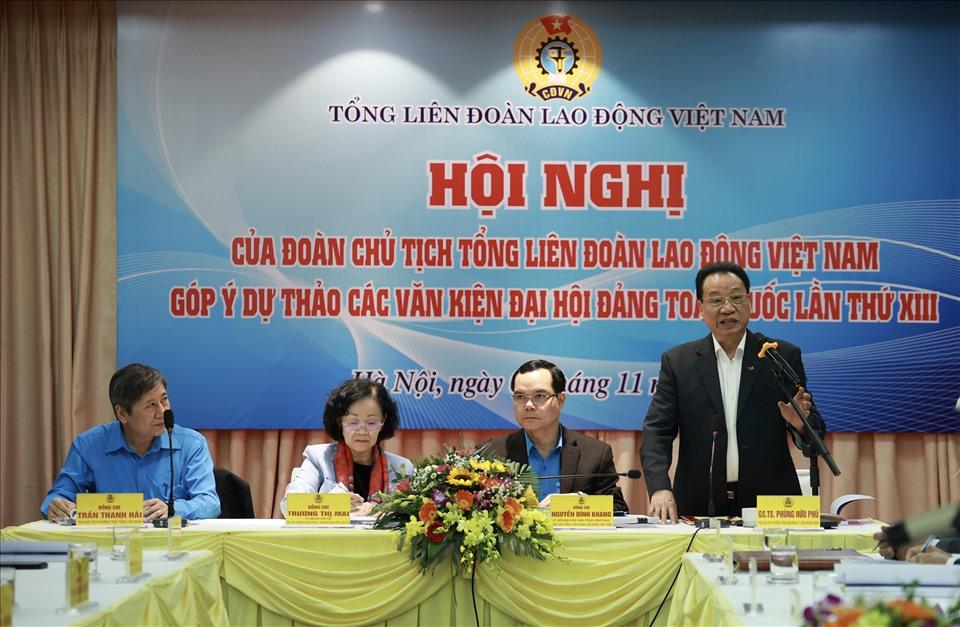 GS.TS Phùng Hữu Phú – Phó Chủ tịch Thường trực Hội đồng Lý luận Trung ương- trình bày tham luận tại hội nghị. Ảnh: Hải Nguyễn.
