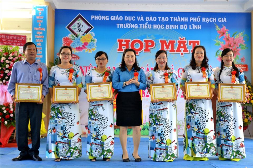 Bà Trần Thị Thu, Ủy viên Ban Thường vụ LĐLĐ tỉnh Kiên Giang, Chủ tịch LĐLĐ TP. Rạch Giá trao Giấy khen cho các nhà giáo có thành tích xuất sắc. Ảnh: Lục Tùng