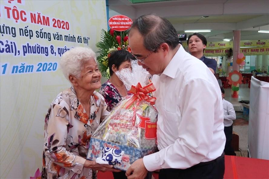 Ông Nguyễn Thiện Nhân tặng quà cho những hoàn cảnh khó khăn tại khu phố 6-7 (Phường 8, Quận 5). Ảnh: Hữu Huy
