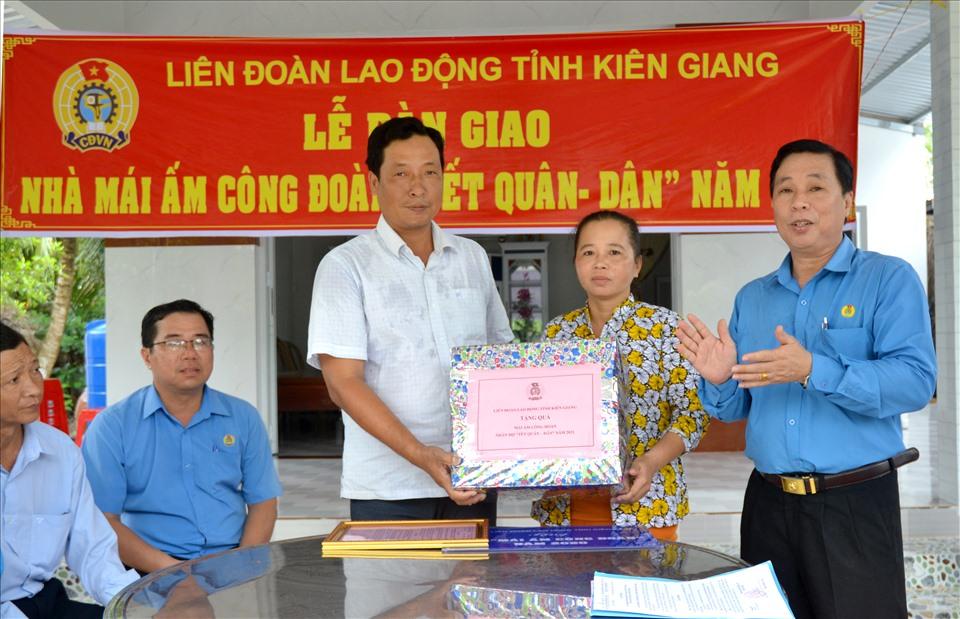 Gia đình đoàn viên vui mừng đón nhận quà mừng tân gia của LĐLĐ Kiên Giang. Ảnh: Lục Tùng