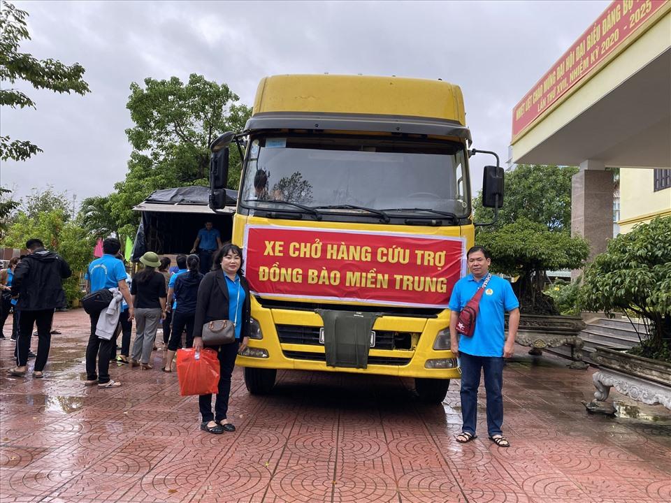 Chủ tịch CĐCS CTy ChingLuh (bên phải) và Chủ tịch Công đoàn Các KCN Long An tham gia chuyến cứu trợ. Ảnh: C.L