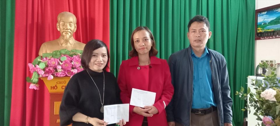 Trao quà cho đoàn viên thuộc LĐLĐ huyện Thạch Hà. Ảnh: CĐ.