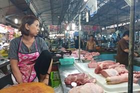 Giá lợn hơi giảm nhưng giá thịt vẫn cao, tiểu thương than trời vì chợ ế