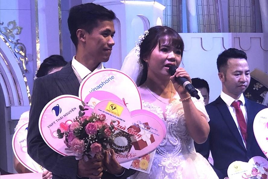Chị Hà và anh Vinh xúc động trong đám cưới tập thể do LĐLĐ tỉnh Thái Nguyên phối hợp tổ chức. Ảnh: Lâm Thế
