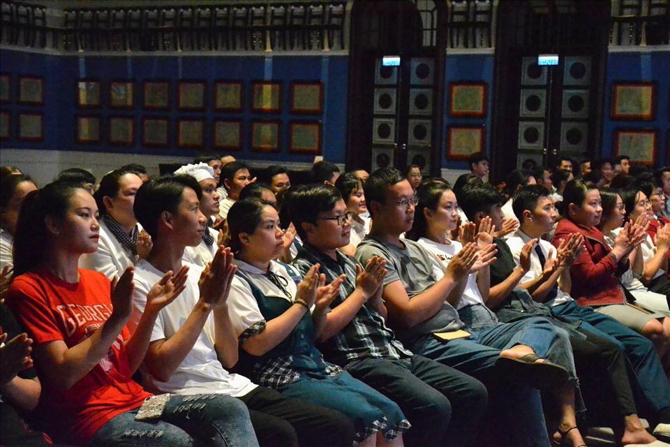 Đoàn viên, CNLĐ bày tỏ vui mừng trước sự quan tâm của tổ chức Công đoàn. Ảnh: Lục Tùng