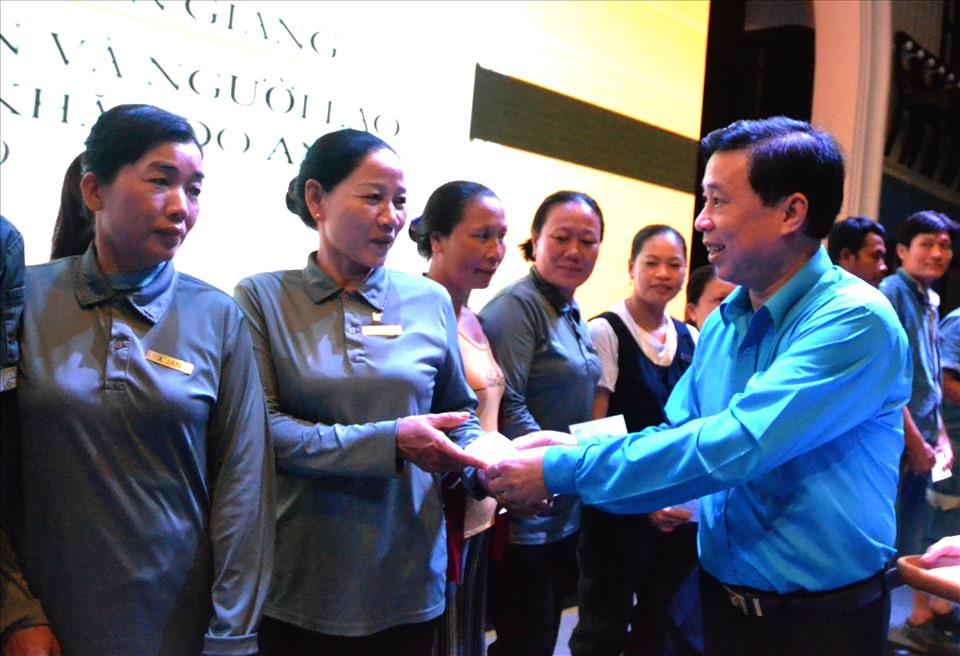 Chủ tịch LĐLĐ tỉnh Kiên Giang Trần Thanh Việt trao hỗ trợ cho đoàn viên. Ảnh: Lục Tùng