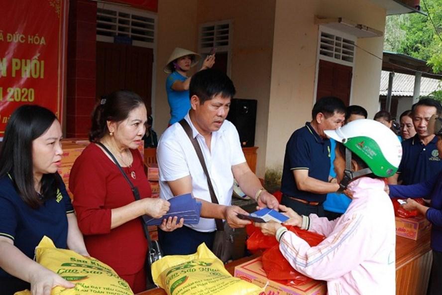 Đoàn thiện nguyện của TCty CP Đầu tư đô thị và các nhà hảo tâm trao quà, tiền mặt hỗ trợ đồng bào miền Trung. Ảnh: Tiến Đông