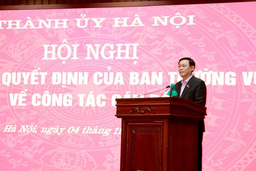 Bí thư Thành ủy Vương Đình Huệ phát biểu giao nhiệm vụ cho các cán bộ được trao quyết định tại hội nghị. Ảnh: Viết Thành
