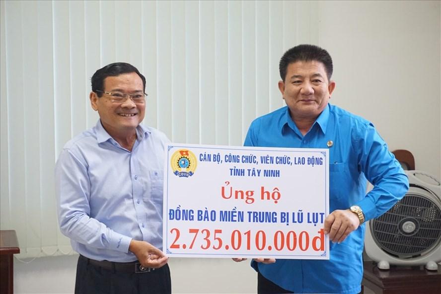 Lãnh đạo LĐLĐ tỉnh Tây Ninh trao số tiền vận động được cho lãnh đạo Ủy ban MTTQ VN tỉnh. Ảnh LĐLĐ Tây Ninh