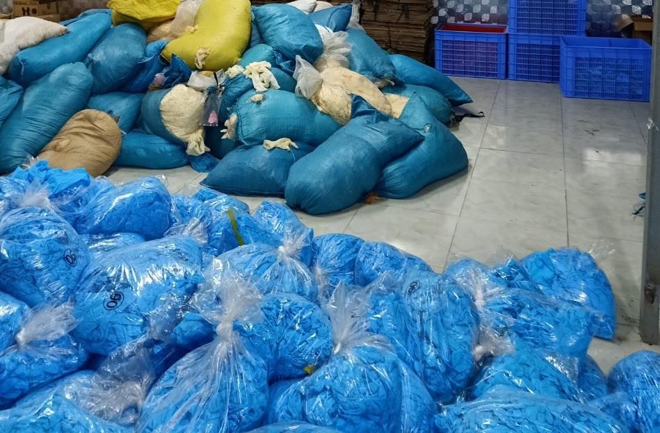 Phát hiện kho hàng chứa hàng chục tấn găng tay caosu y tế bẩn ở Bắc Ninh