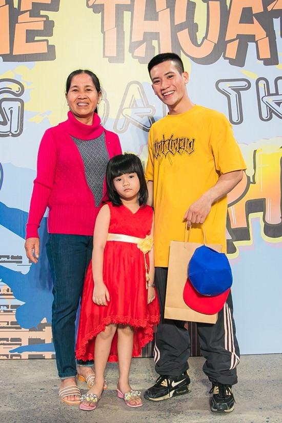 Kết quả chung cuộc, FIDO Crew giành chiến thắng. Anh Tí Hon - một thành viên của nhóm - chia sẻ niềm vui với mẹ và con gái. Anh là một ông bố đơn thân trẻ tuổi, chọn công việc là công nhân lau kính cho các toà nhà cao tầng làm kế sinh nhai, nuôi con gái. Tí Hon đang sinh sống, làm việc tại Nha Trang, nhưng cố gắng theo sát các hoạt động chính của nhóm ở TP HCM.