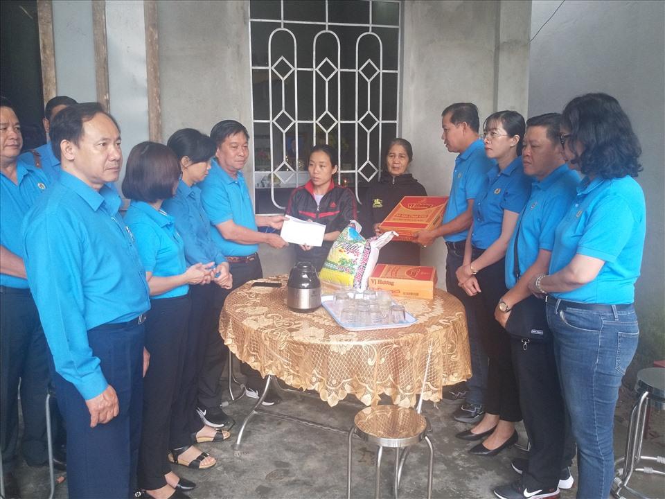 Đoàn thăm và trao 5 triệu đồng cho gia đình công nhân Nguyễn Thái Học (SN 1981, huyện Phong Điền) tử nạn ở Rào Trăng 3 vẫn chưa tìm được xác, bỏ lại vợ và 2 con nhỏ. Ảnh; K.Q