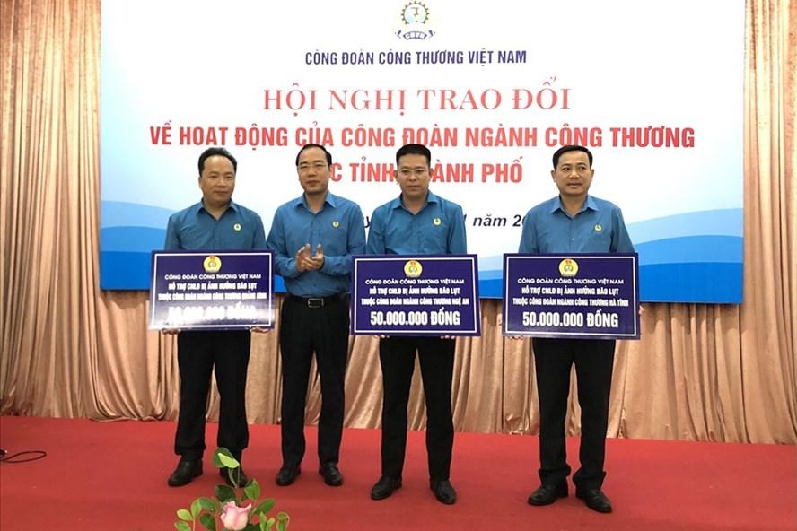 Ông Trần Quang Huy - Uỷ viên Đoàn Chủ tịch Tổng LĐLĐVN, Chủ tịch CĐ Công Thương Việt Nam (thứ hai từ trái sang) trao hỗ trợ cho các đơn vị. Ảnh: Hà Anh