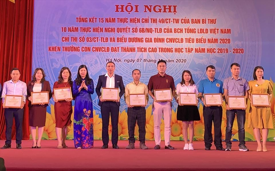 Phó Chủ tịch Thường trực Liên đoàn Lao động thành phố Hà Nội Đặng Thị Phương Hoa (thứ 4 từ trái sàn)  trao khen thưởng cho các tập thể có thành tích xuất sắc trong 15 năm thực hiện Chỉ thị 49/CT-TW của Ban Bí thư. Ảnh: Mai Quý
