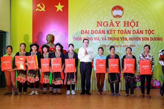 Ông Trần Thanh Mẫn tặng quà 10 hộ gia đình thuộc diện khó khăn của thôn Đồng Mà. Ảnh: Quang Vinh