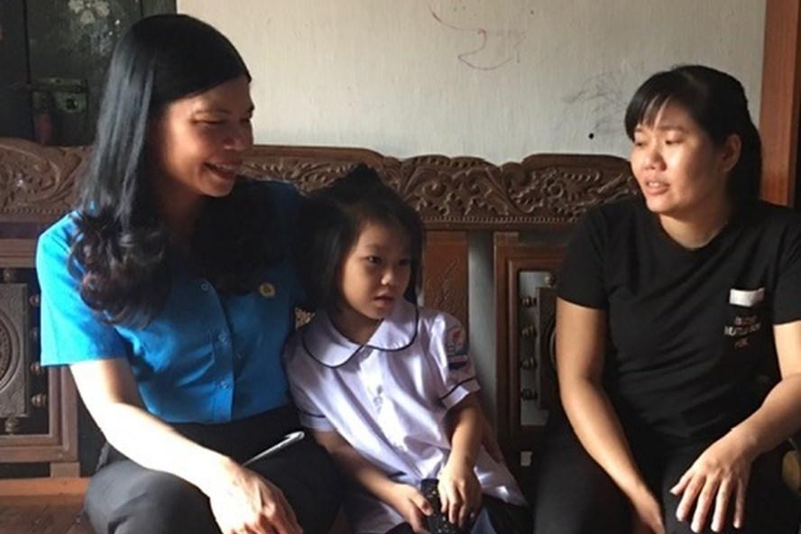 Lãnh đạo Liên đoàn Lao động Hà Nội thăm gia đình người lao động khó khăn bị ảnh hưởng bởi COVID-19. Ảnh: Hải Anh