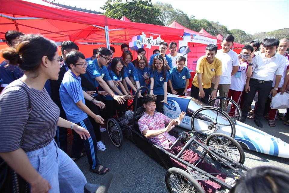 NSƯT Xuân Bắc phấn khích tham gia các phần chơi của sinh viên.