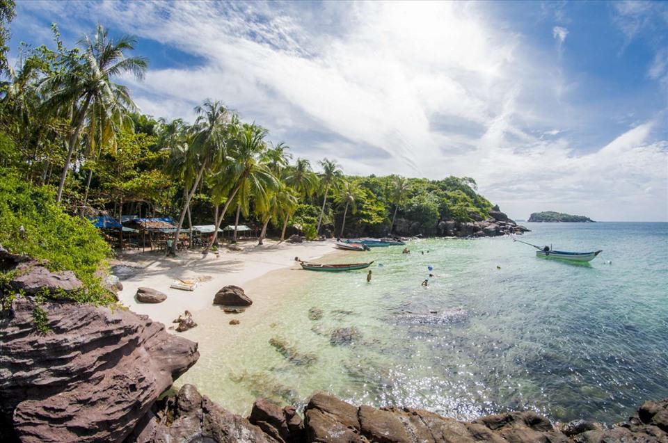 Du khách cũng có xu hướng tìm đến những bãi biển hoang sơ, nắng ấm vào dịp cuối năm. Ảnh: T. L.
