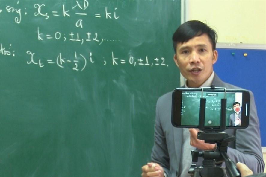 Giáo viên Trường THCS và THPT Nguyễn Tất Thành thực hiện dạy học và tương tác với học sinh bằng hình thức online. Ảnh: Tô Thế