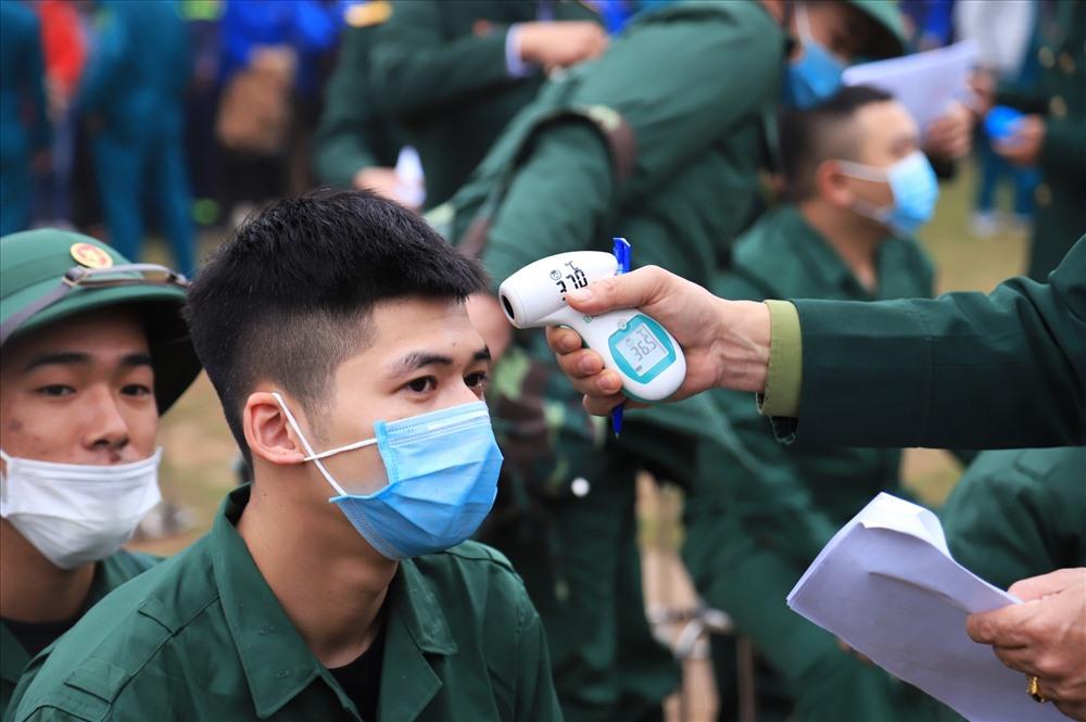Việc đo thân nhiệt cũng được thực hiện tại huyện Đông Anh, đảm bảo các thanh niên chuẩn bị lên đường nhập ngũ có sức khoẻ tốt.