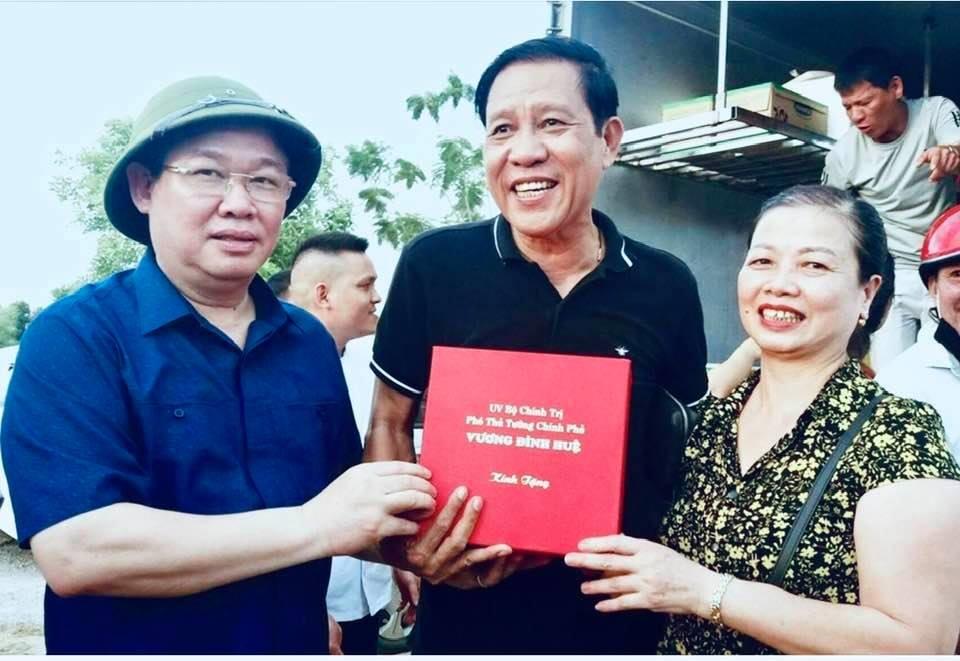 Phó Thủ tướng Vương Đình Huệ tặng quà, biểu dương vợ chồng anh Hồng, chị Minh. Ảnh: PV
