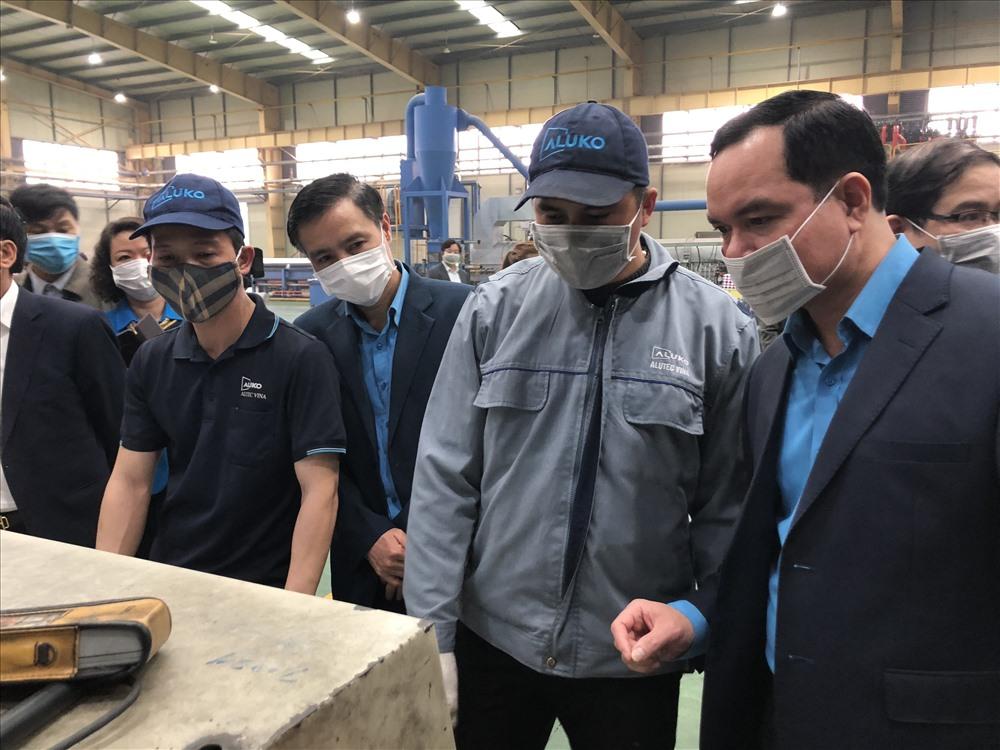 Tại Công ty Cổ phần Alutec Vina, đồng chí Nguyễn Đình Khang động viên công nhân tăng cường biện pháp chống dịch COVID-19. Ảnh: Việt Lâm