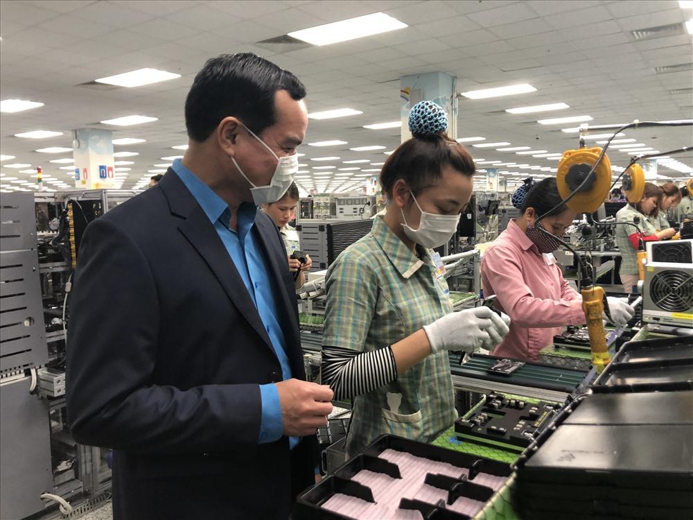 Đồng chí Nguyễn Đình Khang thăm hỏi nhân viên Công ty Samsung Việt Nam. Ảnh: Việt Lâm
