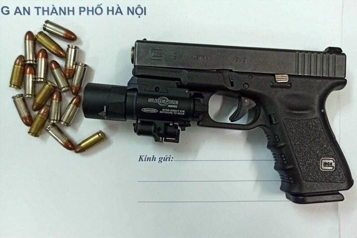 Hà Nội: Điều tra nguồn gốc khẩu súng cùng nhiều viên đạn trên ô tô BMW