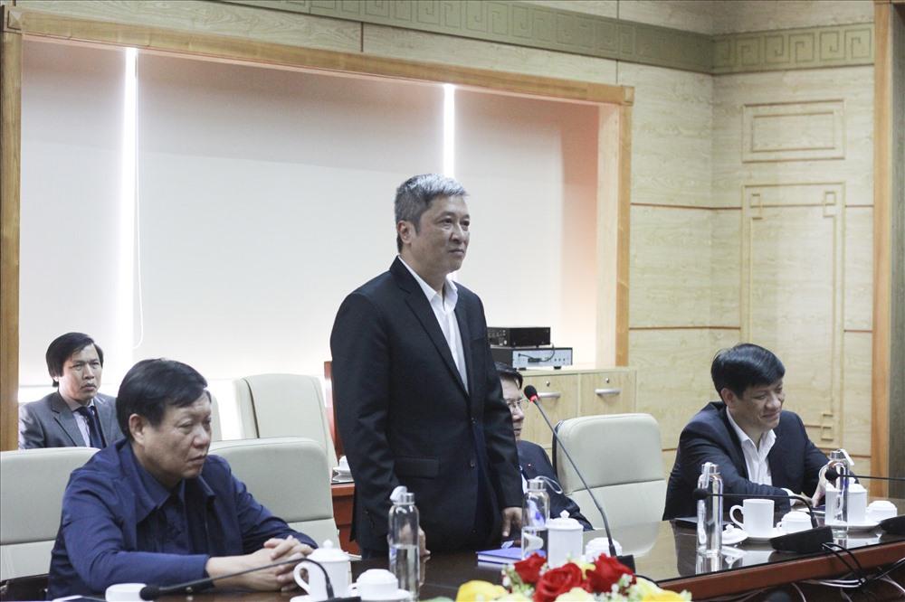Thứ trưởng Bộ Y tế Nguyễn Trường Sơn phát biểu tại buổi làm việc. Ảnh T.Vương